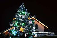 Украшение уличных елок гирляндами и мотивами к новому году