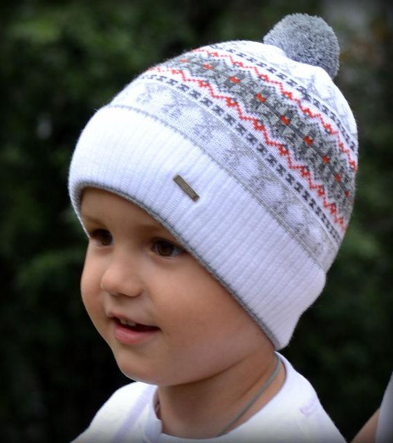 Белая шапка с помпоном для мальчика