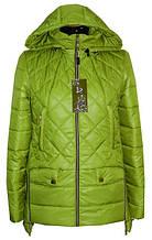 Яркая осенняя женская куртка цвета зеленого яблока