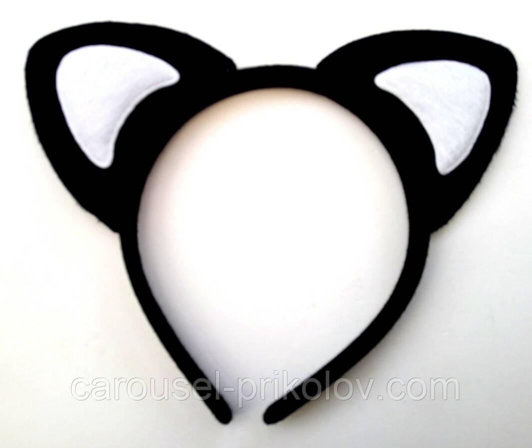 Вушка кішки чорні з білими китицями