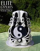 """Різьблена свічка """"Інь-Янь"""" №3001 (Чорно-біла з табличкою) 12 см заввишки"""
