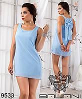 Короткое шифоновое платье с бантом из ткани на спине.