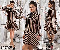 Оригинальное платье в полоску асимметричной длины, с воланом по низу.