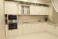 Классическая угловая кухня с фрезерованными фасадами