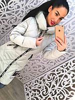 Теплое удлиненное женское пальто с меховым бумбоном на капюшоне, серое
