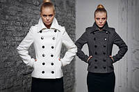 Модное короткое пальто с погонами