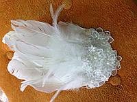 Шляпка белая с перьями: украшение для волос