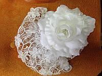 Шляпка белая из кружева и цветка: украшение для волос