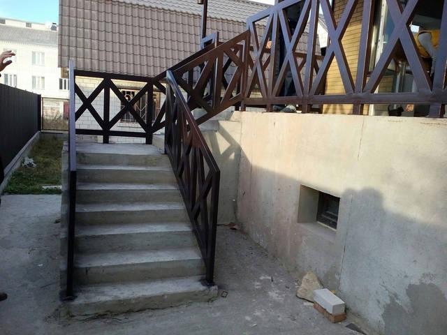 Покраска металлических поручней и ограждений в частном доме. 3