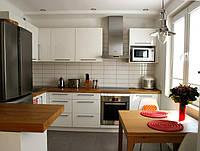 П-образная кухня с деревянной столешницей, фото 1