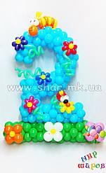 Двойка с цветочной поляной из воздушных шаров