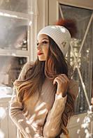 Женская шапка с помпоном и украшением