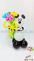 Панда с букетом из 5 ромашек