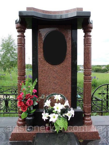 Памятник с колоннами