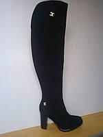 Зимние женские замшевые сапоги-ботфорты черного цвета на каблуке