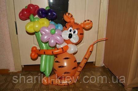 Тигрик с букетом из шаров на День рождения