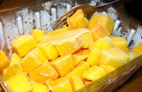 Манго замороженный (кубик), минимальная фасовка для заказа  2,5 кг. В ящике насыпом 10 кг.