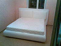 Кровать с обивкой из кожзама