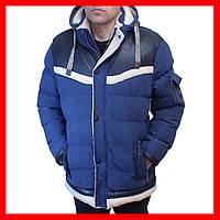 Мужская зимняя куртка джинсового цвета.