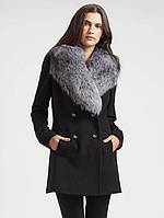 Короткое пальто с мехом на воротнике