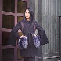 Короткое  пальто с потайной застежкой и широкими рукавами