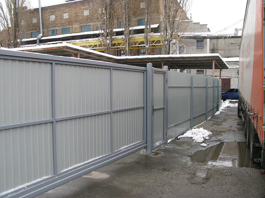 Забор из профнастила ПС-10 (бежевый) и откатные ворота (г. Киев)