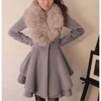 Стильное пышное пальто с меховым воротником