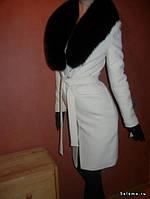 Удлиненное пальто с мехом на воротнике и поясом