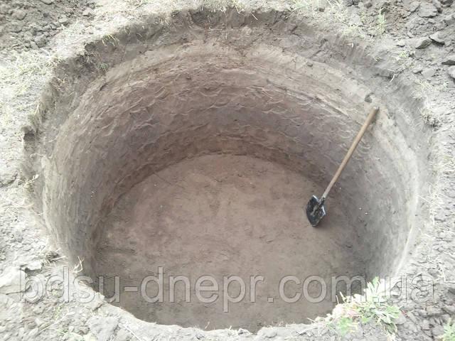 """разные виды земляных работ в Днепре, на этом фото работы по устройству """"круглой"""" сливной ямы (под кольца)"""