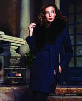 Короткое  пальто с меховым воротником и поясом