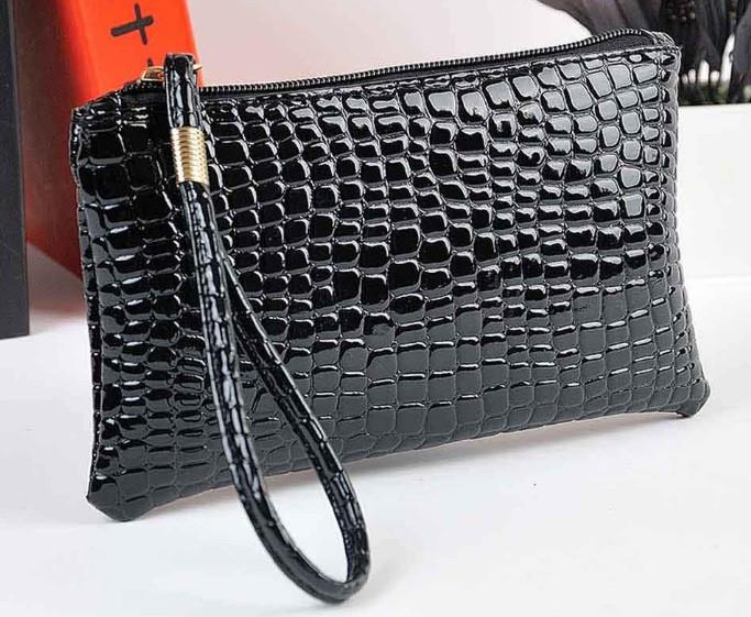 Лаковая сумочка-клатч с ремешком на руку черная