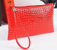 Лаковая сумочка-клатч с ремешком на руку красная