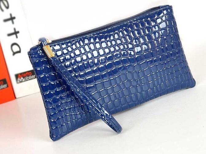 Лаковая сумочка-клатч с ремешком на руку синяя
