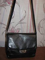 Черная натуральная кожаная сумка на длинной ручке