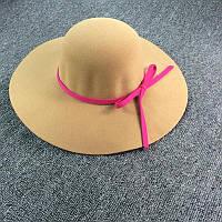 Стильная женская широкополая шляпа из фетра бежевого цвета с розовой лентой