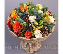 Букет с розами ягодами  хвоей и колечками лимона