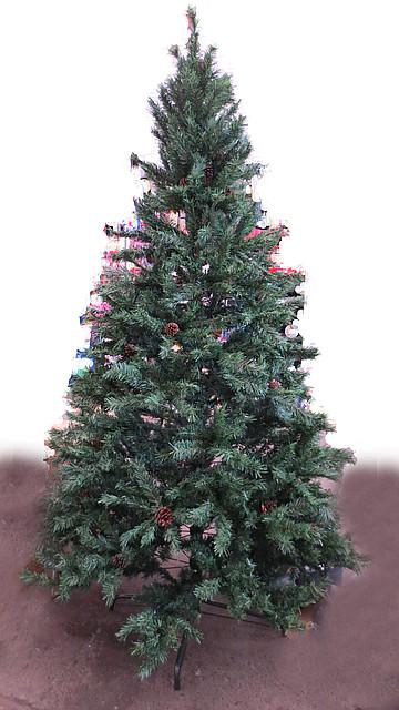 Искусственная елка. Темные иголки