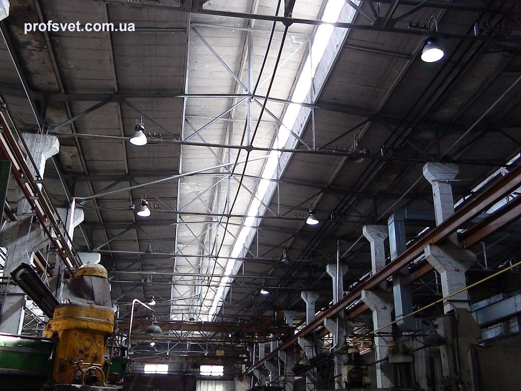 освещение цеха металлургического завода, высота потолков 15м, подвесными светильниками HB400M Helvar с металлогалогенными лампами 400вт General Electric
