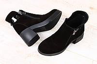 Ботинки замшевые на модном расклешенном каблуке черные с замочками