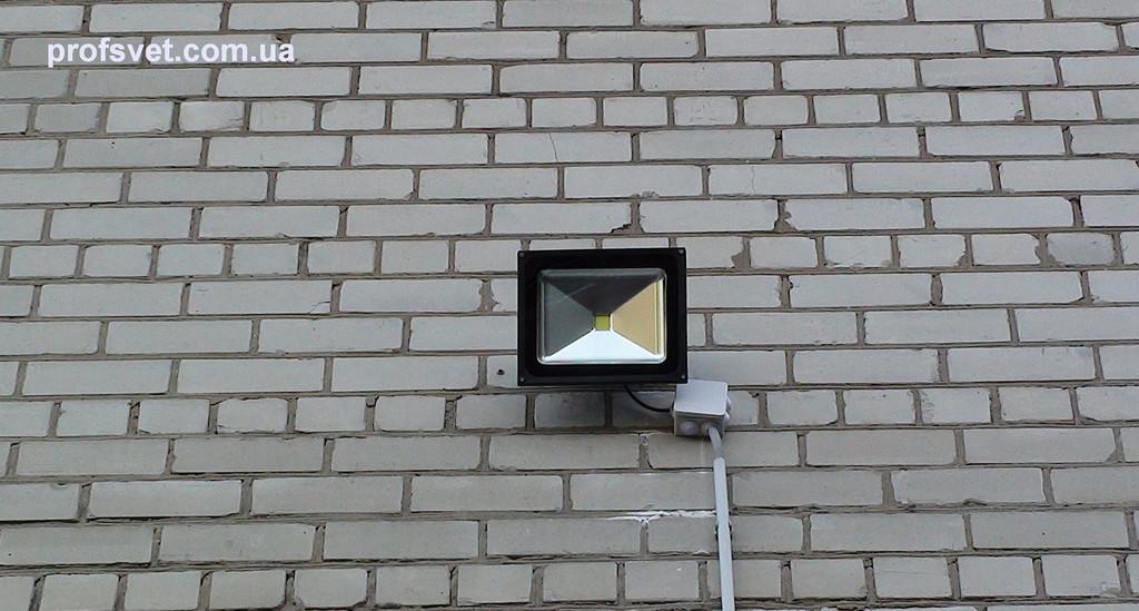 Освещение периметра здания светодиодными прожекторами 50вт