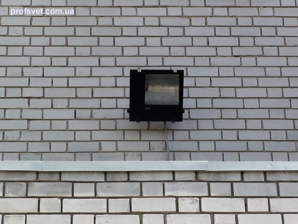 Прожектор над подъездом жилого здания с натриевой лампой 250вт