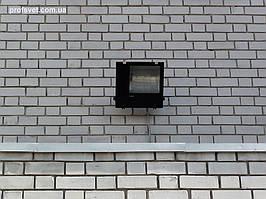 Прожектор над подъездом жилого здания с натриевой лампой 250вт 1
