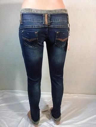 Женские джинсы с отделкой из искуственного меха на карманах и подворотах низа штанин, фото 2