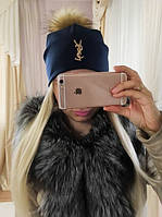 Женская трикотажная шапочка с меховым бубоном, спереди значок Yves Saint Laurent, темно синяя