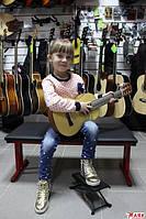 Вчимо дитину грати на гітарі.