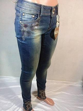 Женские джинсовые брюки зауженные с отделкой низа штанин стразами, фото 2