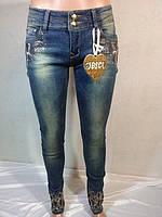 Женские джинсовые брюки зауженные с отделкой низа штанин стразами