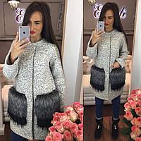 Стильное женское пальто материал шерсть букле с мехом на карманах, цвет светло серый
