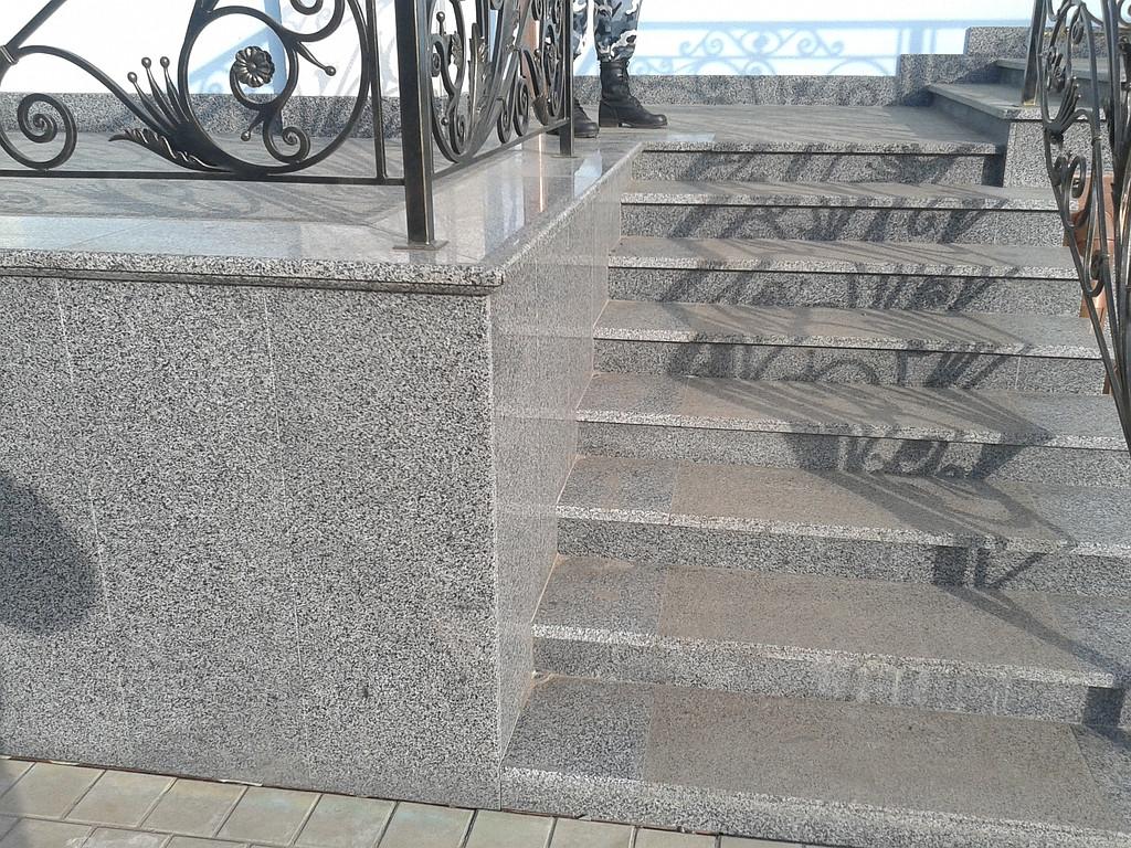 Строительство гранитных лестниц и облицовка гранитной плиткой