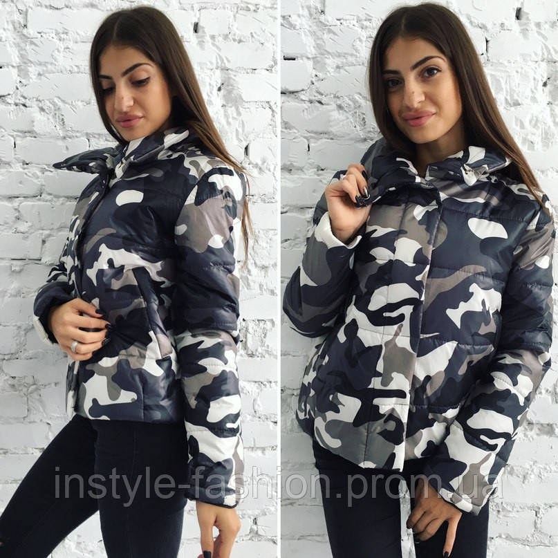 Стильная женская куртка с военным принтом серая